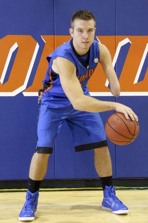 Garoto sem parte do braço estreia no basquete universitário com vitória